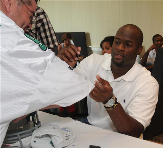 Vince_young_signing